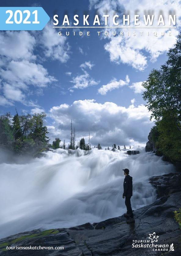 2021 Guide touristique Saskatchewan; image d'un homme à coté d'une chute d'eau