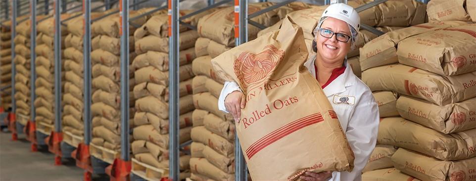 employee avec un sac d'avoine